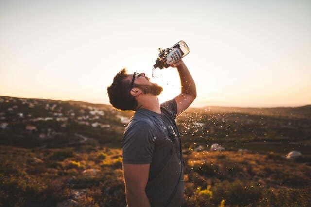 Chico-Bebiendo-Agua