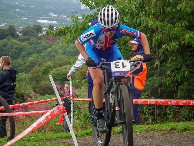 Ciclista-de-montaña-con-casco