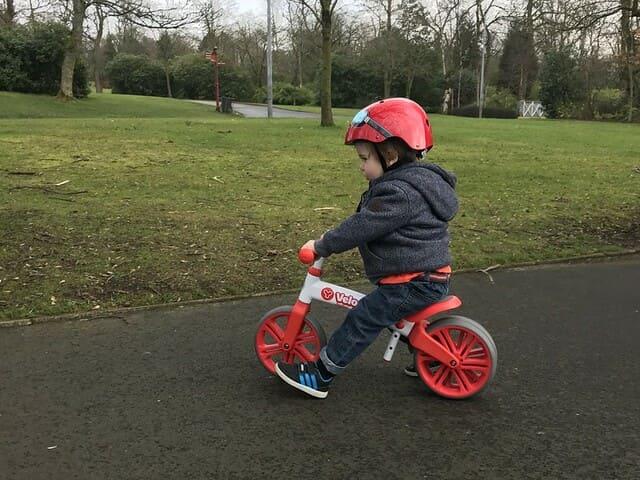 Niño-con-bici-sin-pedales