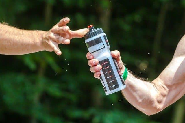 Pasando-Botella-de-Agua