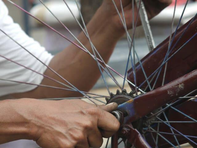 Reparando-bicicleta