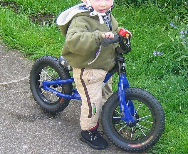 niño-montando-bicicleta